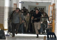 The Walking Dead Season 2 Episode 3 - Save the Last One, Otis (Pruitt Taylor Vince) and Shane Walsh (Jon Bernthal) Walking Dead Season, Memes The Walking Dead, The Walking Dead Shane, Walking Dead Pictures, Pruitt Taylor Vince, Jon Bernthal, Dead Zombie, Dead Inside, Stuff And Thangs