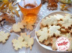 Foglie d'autunno  Sono biscottini delicati in tema decisamente autunnale, friabili e profumati. In questa forma, quella di foglie di acero e quercia, sono par...
