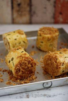 Coba-Coba Yuk.....: FLOSS CHICKEN ROLL BUN (WATER ROUX) Bread Bun, Bread Cake, Easy Bread, Indonesian Desserts, Asian Desserts, Bread Machine Recipes, Bread Recipes, Water Roux, Curry Bread