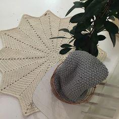 Tähtimatto Halkaisija: n. 130 cm Paino: n. 2,8 kg Kude: luonnonvalkoinen trikookude Virkkuukoukku: 8 mm kjs = ketjusilmuk... Crochet Home, Knit Crochet, Home Deco, Henna, Diy And Crafts, Knitting, Crocheting, Fashion, Crochet House