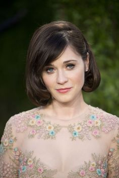 Zooey Deschanel softens her strong jawline with a cute faux bob and side swept bangs. Short Celebrities, Celebrity Short Hair, Celebrity Hairstyles, Zooey Deschanel Hair, Estilo Lady Like, Faux Bob, Square Face Hairstyles, Beauty, Hair And Beauty