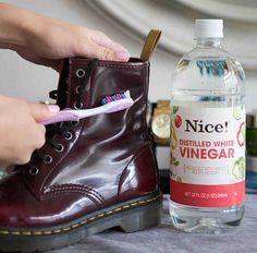 Fixing Ruined Clothes--Scrub off water stains on leather boots with a soft toothbrush and vinegar. If your boots are ruined from water, snow, salt, or all of the above, dip a soft-bristled toothbrush in white vinegar and gently rub to remove the stain Diy Cleaning Products, Cleaning Hacks, Cleaning Shoes, Cleaning Schedules, Diy Hacks, Squeaky Shoes, Do It Yourself Baby, Old Shoes, Distilled White Vinegar