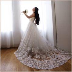 Oscar de la Renta 12E04 Wedding Dress for Sale on PreOwnedWeddingDresses.com