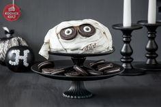 """Frisch gewickelt hat die Himbeer-Mascarpone-Torte ein neues """"Halloween-Facelifting"""" bekommen und wird zum schaurig schönen Hingucker auf dem Kuchenbuffet."""