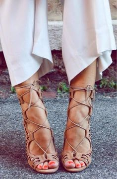 How to Chic: THE LACE UP HEELS TREND