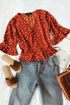 Floral Wrap Top Boyfriend Jeans Summer Outfit For you who loves the cute-messy look, the boyfriend jeans seem to be a great idea. This is why boyfriend jeans summer outfit today becomes so popular. Boyfriend Jeans Outfit Summer, Summer Jeans, Summer Ootd, Summer Winter, Summer Fun, Casual Outfits, Fashion Outfits, Womens Fashion, Ladies Fashion