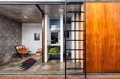 Construido en 2016 en Vila Madalena, Brasil. Imagenes por Manuel Sá. . Eran dos jóvenes amigos que compraron un apartamento en la planta baja de un edificio en el barrio de Vila Madalena. Aunque la vida ahí es intensa,...