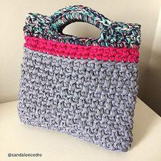 Shop bag com uma combinação de cores incrível 💕 amamos! #handmade #feitoamao #bolsa #shopbag #feitonobrasil #bolso #fiodemalha #acessorio #feminices #sandaloecedro #trapillo