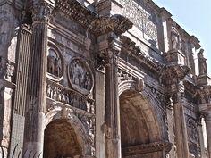 Foi construido polo emperador Constantino despois da súa victoria sobre o emperador Maxencio na ponte Milvio no 312 d.C. Na época de crise cando foi construido moitos artistas marcharan de Roma cara a Constantinopla, nova capital do imperio. Esta é a razón pola que as esculturas e relevos que o decoran foron collidos doutros monumento máis antigos, algo que se convertiu en habitual a partir de entón.