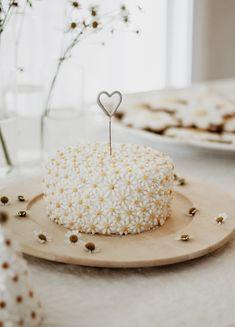 Quincy Mae's daisy inspired birthday from Kelli Murray - 100 Layer Cake Art Birthday, 1st Birthday Parties, Modern Birthday Cakes, Pretty Birthday Cakes, White Birthday Cakes, Second Birthday Ideas, Hut Party, Daisy Party, Daisy Cakes