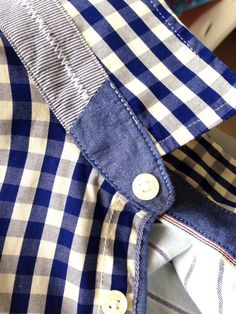 Nice men's buttonshirt hidden detail.
