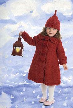 Nissepigens flotte frakke og tophue er strikket med to tråde krafig garn på…