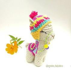Llego el viernes! Vamooos! Asi cargado de color y energia lo recibimos. Se viene la temporada de llamas . Les aviso, preparense porque… Knitted Dolls, Crochet Dolls, Cute Crochet, Crochet Crafts, Braided Rag Rugs, K Crafts, Yarn Projects, Crochet Patterns Amigurumi, Crochet Animals