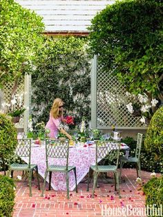 Mimi McMakin Decorates a Palm Beach Maisonette: Another of Palm Beach's gems is Major Alley, two rows of Bermuda-style, attached residences built in the 1920s by Howard Major, an architect who was one of the pioneers of Old Palm Beach style. This 640 square foot jewel box was decorated by Mimi McMakin and her former partner Brooke Huttig for a client who uses it as extra dining space, a guesthouse, and a respite where she can have time to herself to read, relax, and nap.