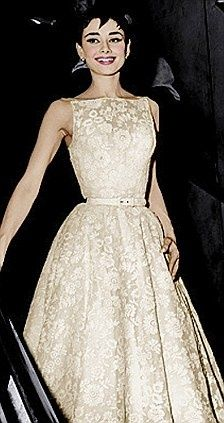 Audrey Hepburn's 1954 Oscar gown, designed by Hubert de Givenchy. Givenchy designed all of Audrey's Acadamy Award dresses. Audrey Hepburn Oscar, Audrey Hepburn Style Dress, Jones Fashion, 1950s Fashion, Vintage Fashion, Vestidos Vintage, Vintage Dresses, Vintage Outfits, Moda Vintage