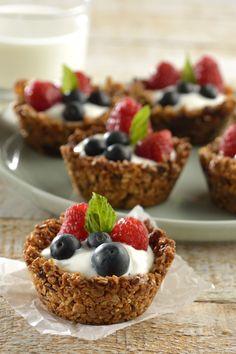 Prepara estas deliciosas y originales copas de granola para el desayuno. La copa que crujiente y con rico sabor a Granola #postressaludables #dietavegetarianarecetas