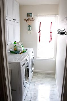 How to make homemade laundry detergents and make over your laundry room has never been so easy to do it yourself. I can't help but be inspired by these DIY laundry room makeovers with organized laundry rooms with adorable tags, mats, and baskets. Diy Wood Floors, Wash Floors, Diy Laundry, White Washed Floors, White Wash, Laundry, Diy Door, Room Makeover, Laundry Room Makeover