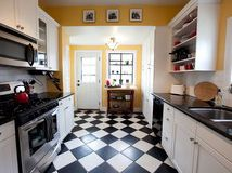 Black and white tile: so classic. <3 <3 <3