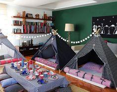 Uma festa do pijama para 14 amigos em casa. Com cabanas estampadas, mesa baixa para o lanche e até uma fogueira de led para a diversão geral das crianças. Tudo bolado pela @rabodelobofestas. Vai lá no site do NaToca ver todas as fotos! #natocadesign #festainfantil #kidsparty #kidspartyideas #kidsparties #festadecriança #festadopijama #festadopijamacomcabanas