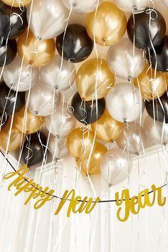 Cheap New Year's Eve Party Decorations That Look Expensive Silvester-Party-Dekorationen New Years Decorations, Christmas Party Decorations, 1920s Party Decorations, Decoration Party, Graduation Decorations, Christmas Decor, Christmas Toys, Holiday Decorating, Decorating Ideas