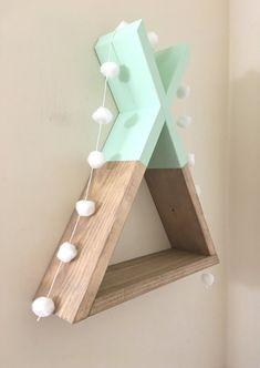 Dieses einzigartige Tipi-Regal ist eine schöne Ergänzung für jede Wand. Misst ca. 14,5 hoch und 13 Breite und 3,5 tief insgesamt. Kommt mit Schlüsselloch Stil Aufhänger auf der Rückseite. Die Grundfarbe ist eine benutzerdefinierte Beize Mischung, die nur bei uns erhältlich ist. Die
