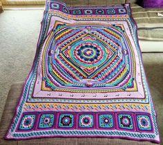 Hip hip hurra! =)       Es hat soo Spaß gemacht, diese Decke zu häkeln!       Beim letzten Teil habe ich noch zusätzlich eine Reihe feste M...