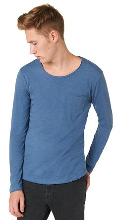 Langarm T-Shirt mit Brusttasche für Männer (unifarben, langärmlig mit Rundhals-Ausschnitt) aus Jersey, aufgesetzte Brusttasche links, abgerundeter Saum mit aufgerollten Kanten und Logo-Stickerei hinten. Material: 60 % Baumwolle 40 % Polyester...