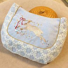 Handmade pouch 🐰🎀 先日のうさ刺繍に、更に装飾を入れて完成しました🐰✨ ポーチの型紙は、自分のお店のをそのまま使ってます🐰✨ 自分の型紙と、手刺繍のコラボ???なんか楽しい😆 (型紙は、「パターン ラウンド切り替えバッグ」でグーグル検索すると出てくると思います)  #手作り #刺绣 #DIY #embroidery #ハンドメイド #art #broderie #刺繍 #вышивка #イラスト #자수 #kawaii #rabbit #うさぎ #手作り