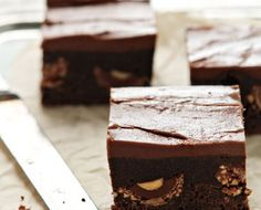 Rich chocolate brownies stuffed with Ferrero Rocher candies and topped with Nutella frosting. Nutella Recipes, Brownie Recipes, Cake Recipes, Dessert Recipes, Health Desserts, Just Desserts, Delicious Desserts, Yummy Food, Nutella Brownies