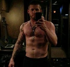 What better way to get over a mid-day slump than with some hot shots of Brantley Gilbert? Prepare to swoon with 20 sizzling photos of the country crooner. Brantley Gilbert, Country Music Stars, Country Singers, Country Artists, Country Musicians, Country Men, Country Girls, Country Strong, Jake Owen
