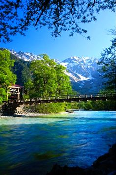 Kappa-bashi bridge in Kamikouchi, Nagano, Japan Beautiful World, Beautiful Places, Beautiful Pictures, Aesthetic Photography Nature, Nature Photography, Asia Travel, Japan Travel, Nagano Japan, Belleza Natural