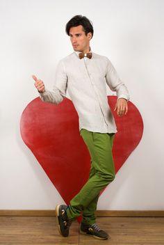 chemise Strelli Homme, chino AT.P.CO, runnings Philippe Model et noeud papillon en bois Atelier Barnabé