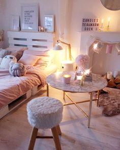 Cozy in pink! In diesem traumhaften Schlafzimmer in zartem Rosa sind kuschelige Stunden vorprogrammiert. Kerzenschein, eine heiße Tasse Tee und das trendige Kissen Knot - die perfekten Winter-Essentials für die kalten Tag! We love it! // Schlafzimmer Bett Hocker Couchtisch Nachttisch Ideen Kissen Kerzen Lichterketten Einrichten #Schlafzimmer #SchlafzimmerIdeen #Rosa #Girly @villa.snowwhite