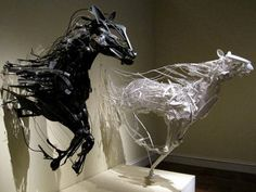 何もない空間に突然具現化したかのようなリサイクル素材のアート - GIGAZINE