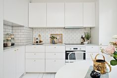 Journelles - Your Daily Dose of Fashion, Beauty + Interior White Studio Apartment, Kitchen Interior, Kitchen Decor, Nordic Kitchen, Family Kitchen, Home And Deco, Kitchen Cupboards, Beautiful Kitchens, Small Apartments