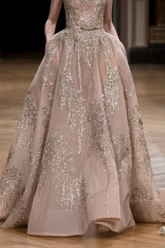 Ziad Nakad Haute Couture Fall/Winter (I like how heavy and rich that skirt looks) Style Couture, Couture Fashion, Runway Fashion, Evening Dresses, Prom Dresses, Formal Dresses, Long Dresses, Elegant Dresses, Beautiful Gowns