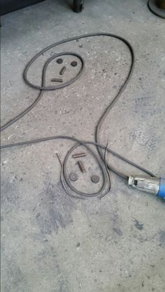Forse erano distanti... Eppure ,un filo sottile e una certa elettricità , li univano...