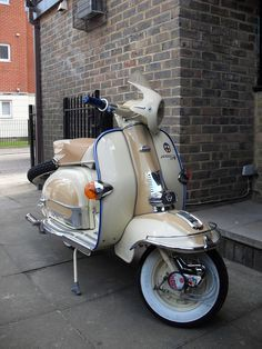 cafe windscreen — 1960 Lambretta TV 175 Series My kind of scooter Retro Scooter, Lambretta Scooter, Scooter Motorcycle, Triumph Motorcycles, Cars And Motorcycles, Vespa Vintage, Vintage Cars, Vintage Ideas, Sidecar