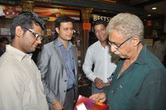 Swarup Nanda, CEO, Leadstart Publishing welcoming Naseeruddin Shah. — at Landmark.