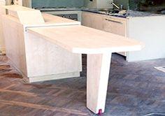 Ristrutturazione di appartamento privato a Firenze. Dettaglio del tavolo/cucina estraibile com ruota da Roller skate. Pavimento decapado.
