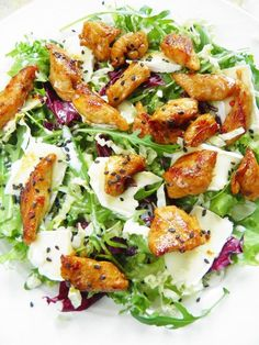 Sio-smutki: Sałatka z kurczakiem, serem camembert i sezamem Sio-sorrows: Salad with chicken, camembert cheese and sesame seeds Salad Recipes, Diet Recipes, Cooking Recipes, Healthy Recipes, Good Food, Yummy Food, Sprout Recipes, Snacks Für Party, Easy Chicken Recipes