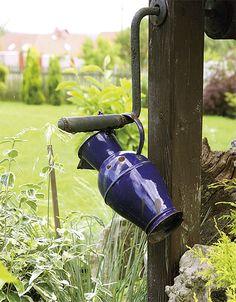Smaltované nádobí – modré hrnce v zahradě   Chatař & Chalupář