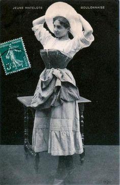 boulogne-matelote-en-corset-et-galoches.jpg
