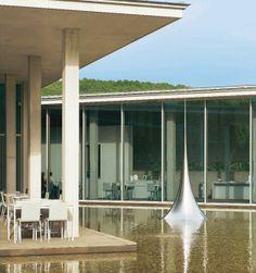 Infinity (2010), de Hiroshi Sugimoto  Cette sculpture en acier inoxydable est installée au cœur du centre d'art de Tadao Ando.