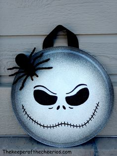 Halloween Pizza Pan Door Hangs - The Keeper of the Cheerios Halloween 3, Halloween Pizza, Adornos Halloween, Manualidades Halloween, Halloween Home Decor, Diy Halloween Decorations, Halloween Fireplace, Fall Crafts, Holiday Crafts