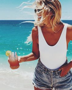 What to Wear to the Beach This Summer Nothing say summer more than a white swimsuit and denim cutoffs. Summer Of Love, Summer Girls, Summer Time, Summer Fun, Summer Beach Looks, Vacation Outfits, Summer Outfits, Poses Modelo, Denim Vintage