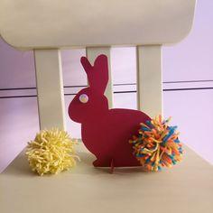 Comme Petit Testeur me parle de plus en plus de Pâques, j'ai eu envie de lui proposer un DIY & Activités Manuelles en relation avec Pâques, et qui je l'espère plaira également à vos enfants : un lapin de Pâques en pompon ! Petit Testeur ayant reçu à son anniversaire «Pompons Breloques» de Djeco, j'ai eu envie de le resortir …