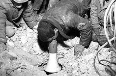 هفتم دسامبر ۱۹۸۸، بیست دقیقه به دوازده ظهر زلزلهای با شدت ۶.۹ در مقیاس ریشتر چند شهر در ارمنستان را به لرزه در آورد و خسارات زیادی را به بار آورد. ۲۵ هزار نفر کشته و  نیم میلیون نفر بی خانمان شدند و هزاران کودک در مدارس زیر آوار ماندند و جان خود را از دست دادند. در اواخر تابستان سال بعد، از مایکل نایمن، موزیسین سرشناس خواسته شد تا برای یک فیلم مستند بی بی سی در این باره، موسیقی بسازد. در گوشه بشنوید و بخوانید
