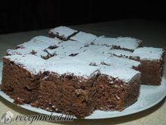 Hozzávalók: 1 tojás 6 dkg zsír 25 dkg cukor 25 dkg liszt 1 cs sütőpor 2-3 ek kakaópor 2 dl tej 4 ek baracklekvár Elkészítése: A cukrot, a lekvárt, a zsírt