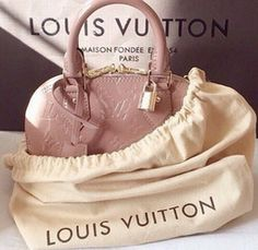 Fashion Designers Louis Vuitton Outlet Let The Fashion Dream With LV Handbags At A Discount! New Ideas For This Winter Inspire You, Time To Shop For Gifts, Louis Vuitton Bag Is Always The Best Choice, Get The Style You Love From Here. Lv Handbags, Chanel Handbags, Louis Vuitton Handbags, Fashion Handbags, Fashion Bags, Fashion Trends, Designer Handbags, Trendy Fashion, Womens Fashion